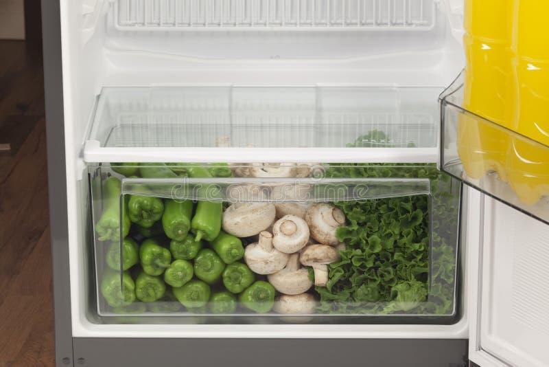 Frigorifero in pieno di alimento sano frutti, verdure immagini stock