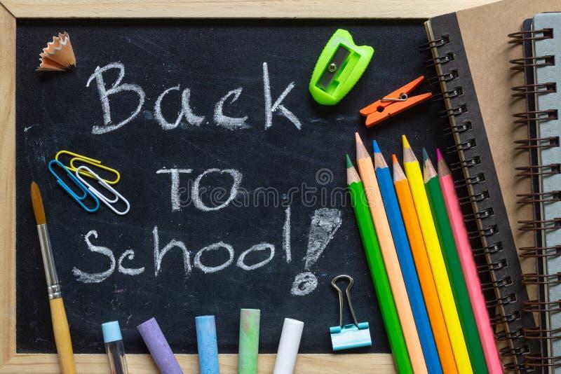 Frihandsskriva tillbaka till skolabokstäver på den svart tavlan med Schoo royaltyfria bilder