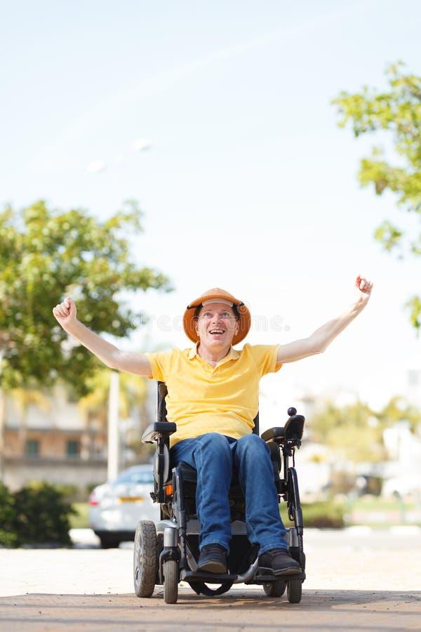 Frihet av den rörelsehindrade mannen arkivfoto
