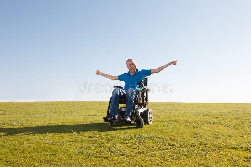 Frihet av den rörelsehindrade mannen arkivfoton