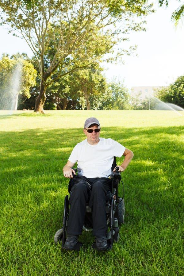 Frihet av den rörelsehindrade mannen arkivbild
