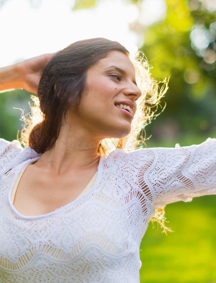 Frihet för kvinna för blandat lopp känslig på solnedgången arkivfoto