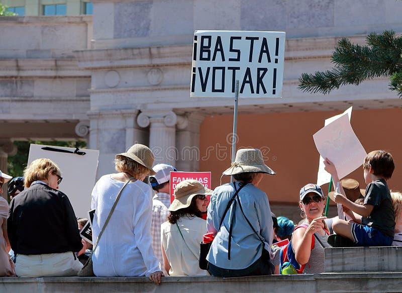 Frihet f?r invandrare masssamlar och marscherar i Denver royaltyfria bilder