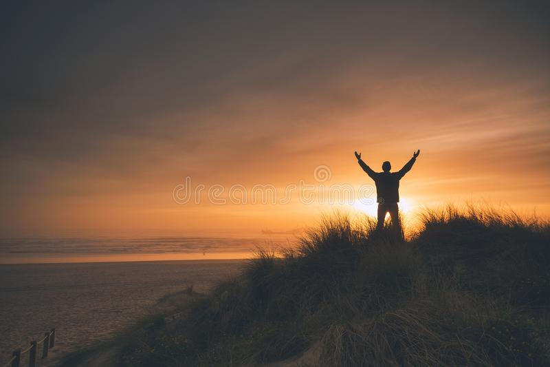 frihet och solnedg?ng royaltyfri foto
