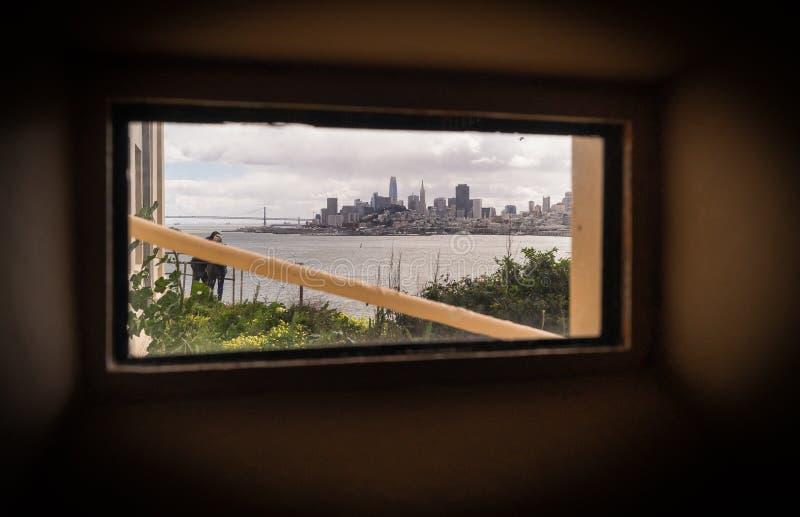 Frihet till och med fönstret Sikt fr?n Alcatraz royaltyfria foton