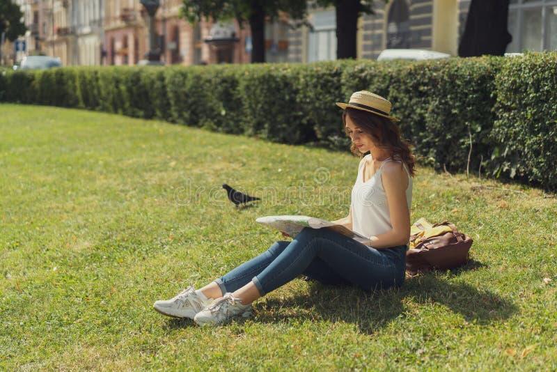 Frihets- och lyckabegrepp. Den vackra unga hippie-stilen sitter på gräset och njuter av en soldag i parken. Lyckligt ?gonblick f royaltyfri fotografi
