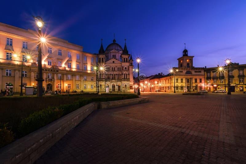 Frihetsfyrkant i Lodz, Polen efter solnedgång royaltyfri fotografi