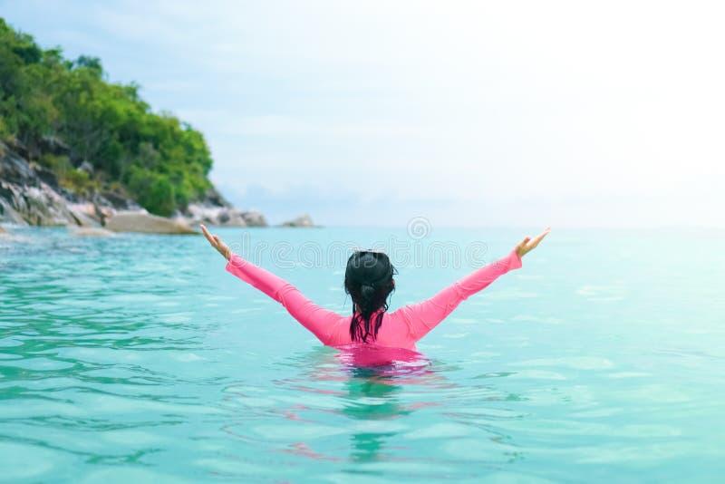 Frihetskvinna som spelar på den härliga stranden för sommar royaltyfri foto