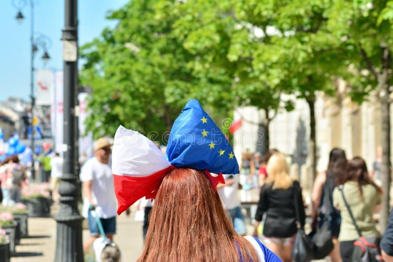 Frihetsmars Poles marscherar för att skarpt kritisera regeringen som eroderar demokrati arkivfoto