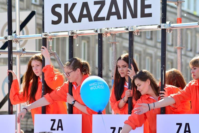 Frihetsmars Poles marscherar för att skarpt kritisera regeringen som eroderar demokrati royaltyfria bilder