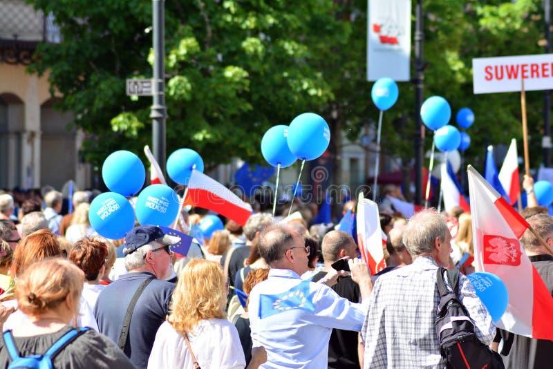 Frihetsmars Poles marscherar för att skarpt kritisera regeringen som eroderar demokrati royaltyfri fotografi