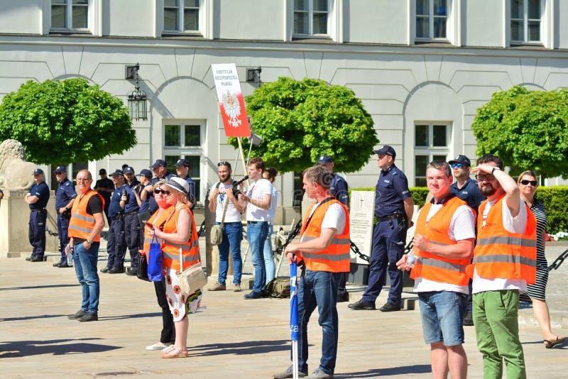 Frihetsmars Poles marscherar för att skarpt kritisera regeringen som eroderar demokrati royaltyfri bild