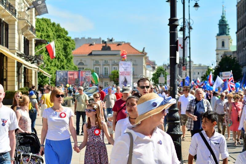 Frihetsmars Poles marscherar för att skarpt kritisera regeringen som eroderar demokrati arkivbild