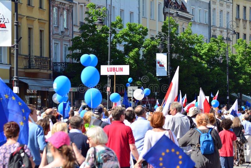 Frihetsmars Poles marscherar för att skarpt kritisera regeringen som eroderar demokrati arkivbilder