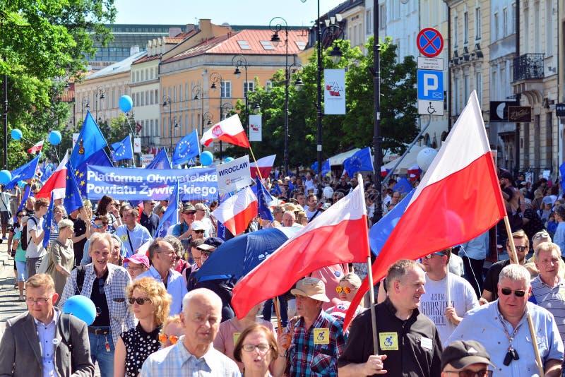 Frihetsmars Poles marscherar för att skarpt kritisera regeringen som eroderar demokrati arkivfoton