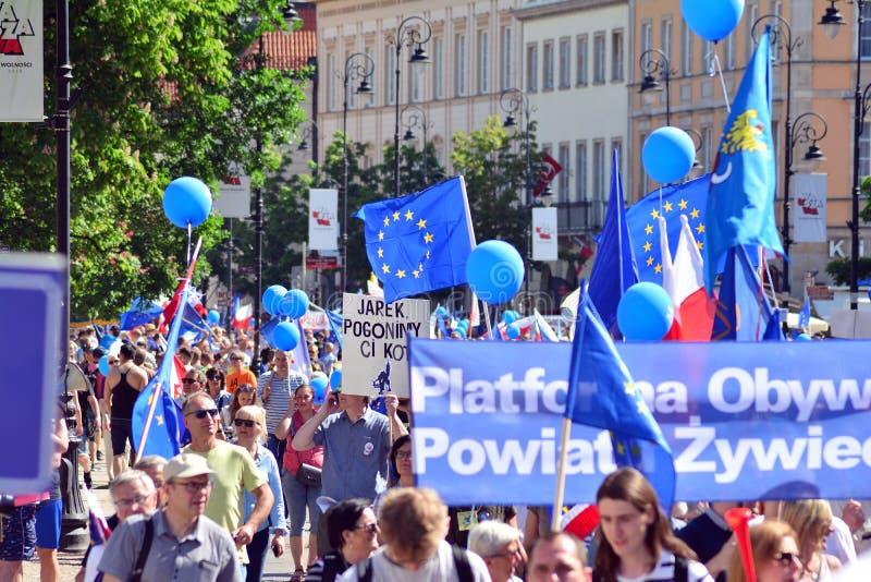 Frihetsmars Poles marscherar för att skarpt kritisera regeringen som eroderar demokrati royaltyfri foto