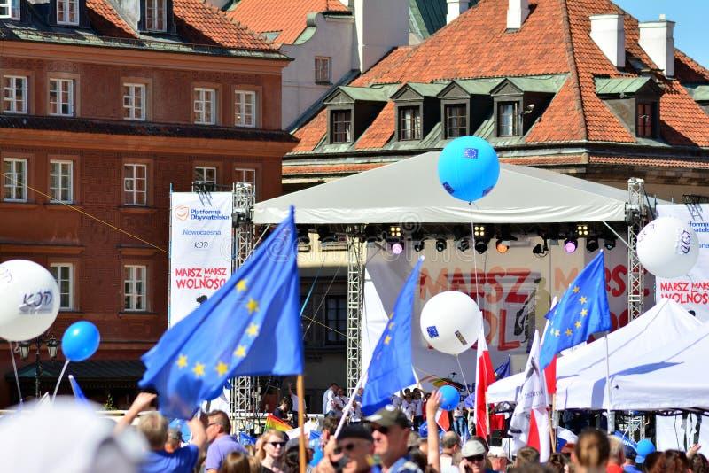 Frihetsmars Poles marscherar för att skarpt kritisera regeringen som eroderar demokrati royaltyfria foton