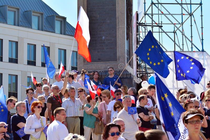 Frihetsmars Poles marscherar för att skarpt kritisera regeringen som eroderar demokrati fotografering för bildbyråer