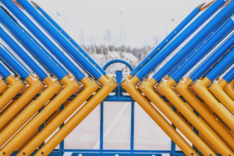 Friidrottbarriärerna, hinder abstrakt framställning av ansträngningen av färger och former royaltyfri foto
