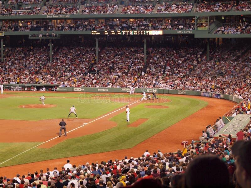 Friidrottkannakast en grad till Red Sox smet, som han svänger royaltyfria foton