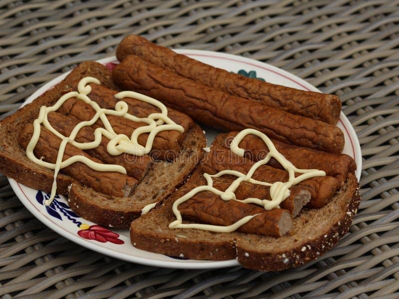 frikandel на хлебе с майонезом, традиционной голландской закуской, видом семенить хот-дога мяса стоковое изображение