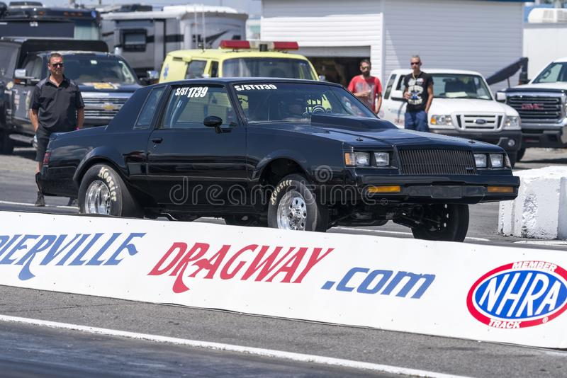 Friktionsbil som gör en start på loppspåret på den startande linjen royaltyfri fotografi