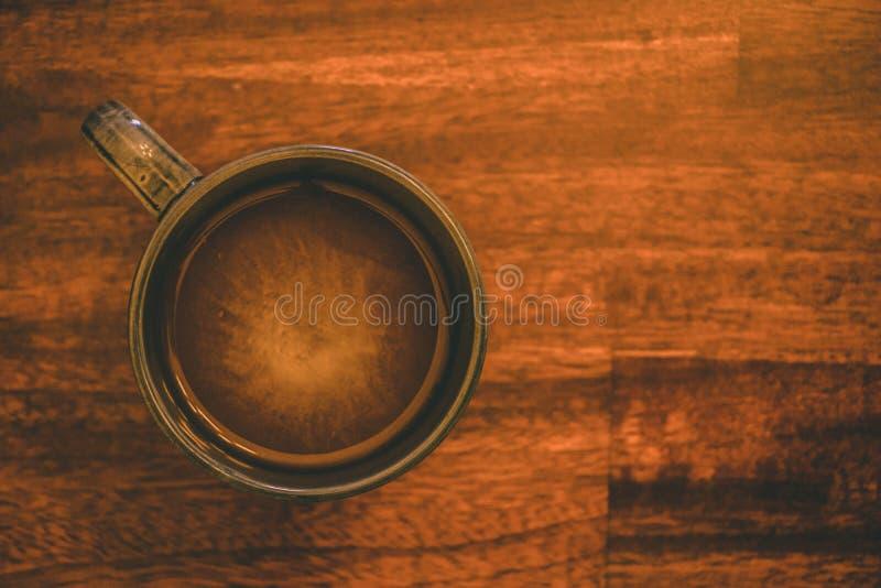 Friläge färgar kaffekoppen på träköksbordet royaltyfria foton