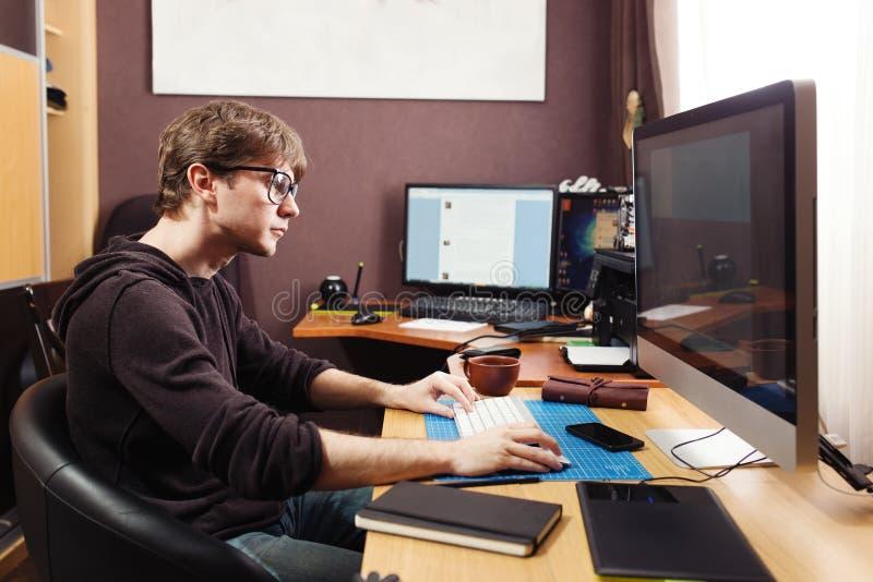 Frilans- bärare och formgivare som hemma arbetar arkivbild