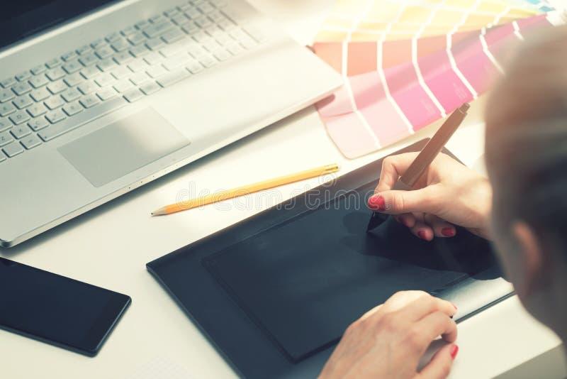 Frilans- grafisk formgivare som använder den digitala teckningsminnestavlan royaltyfri bild