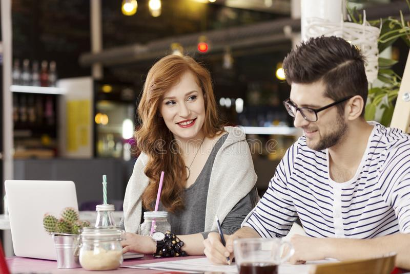 Frilans- par som tycker om kaffeavbrottet royaltyfri fotografi