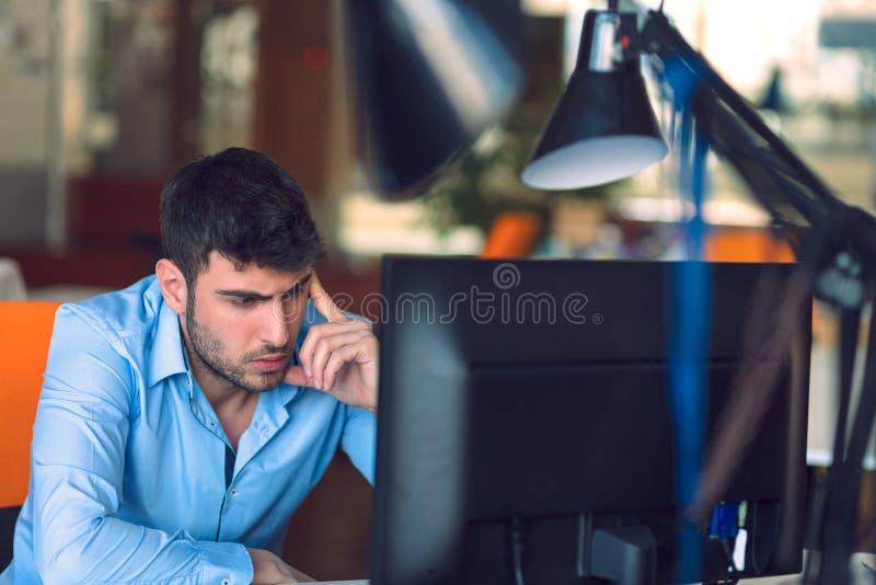 Frilans- programmerare som arbetar i startup kontor royaltyfri bild
