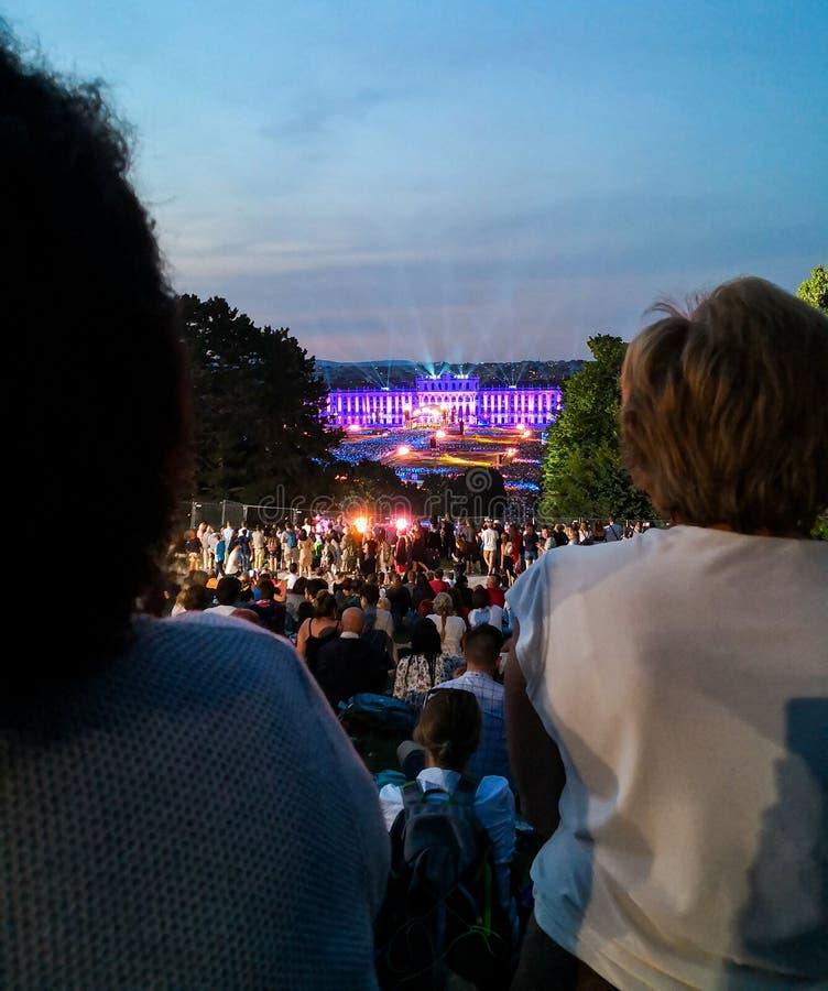 frilufts- konsert av en sommarnatt från de storartade trädgårdarna av den Schonbrunn slotten med den filharmoniska orkestern av W royaltyfria bilder
