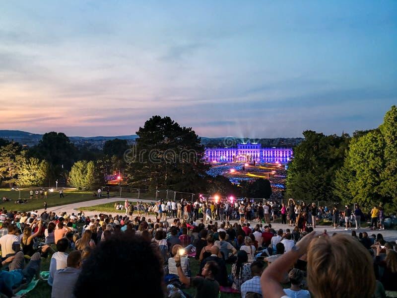 frilufts- konsert av en sommarnatt fr?n de storartade tr?dg?rdarna av den Schonbrunn slotten med den filharmoniska orkestern av W royaltyfria foton