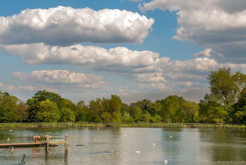 Frilufts- simning ?r internationellt ber?md p? den Hampstead heden arkivbild
