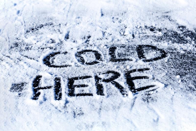 Frio aqui - a inscrição no gelo imagens de stock royalty free
