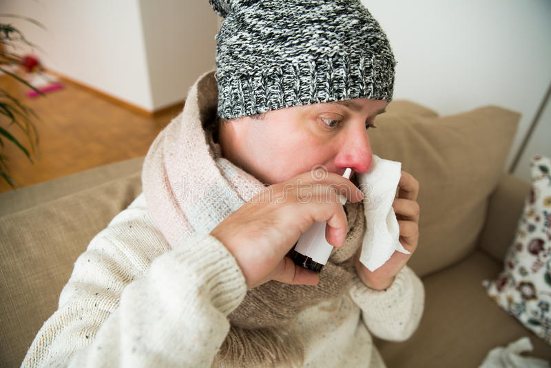 Frio doente da captura do homem foto de stock