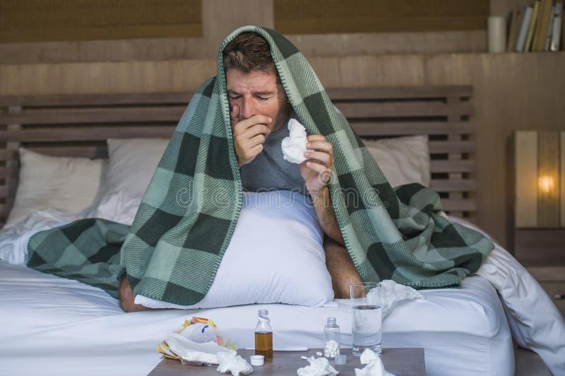 Frio doente e gripe de sofrimento indispostos de encontro em casa desperdiçados e esgotados do sentimento da cama do homem que es imagem de stock