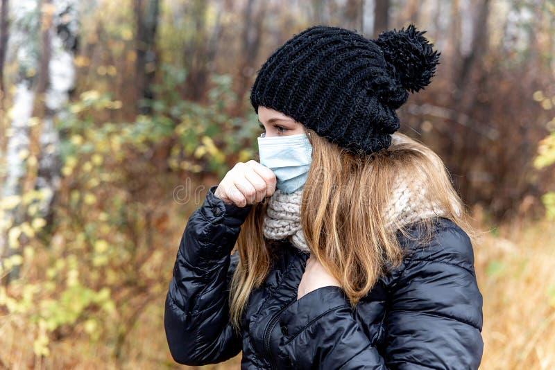 Frio e gripe Mulher com uma máscara protetora médica imagens de stock royalty free