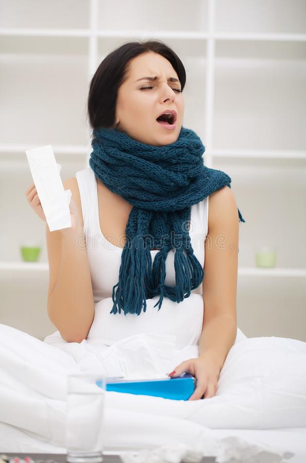 Frio e gripe Retrato mulher doente do frio travado, doente de sentimento fotos de stock royalty free