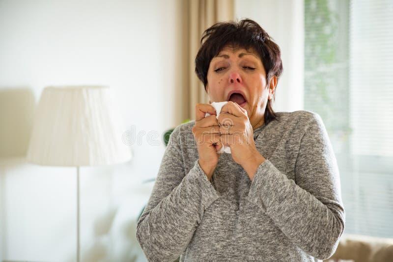 Frio maduro doente da captura da mulher imagem de stock