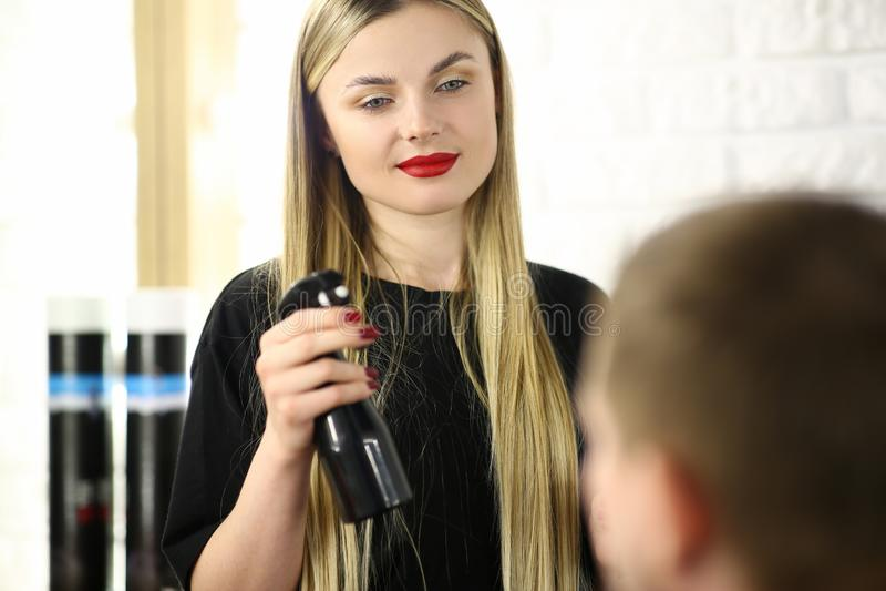 Frisör Holding Sprayer för ung kvinna i hand royaltyfri bild