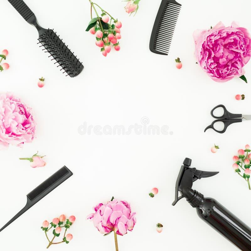 Frisörbegrepp med sprej, sax, hårkammar och pionblommor på vit bakgrund Lekmanna- lägenhet, bästa sikt royaltyfria bilder