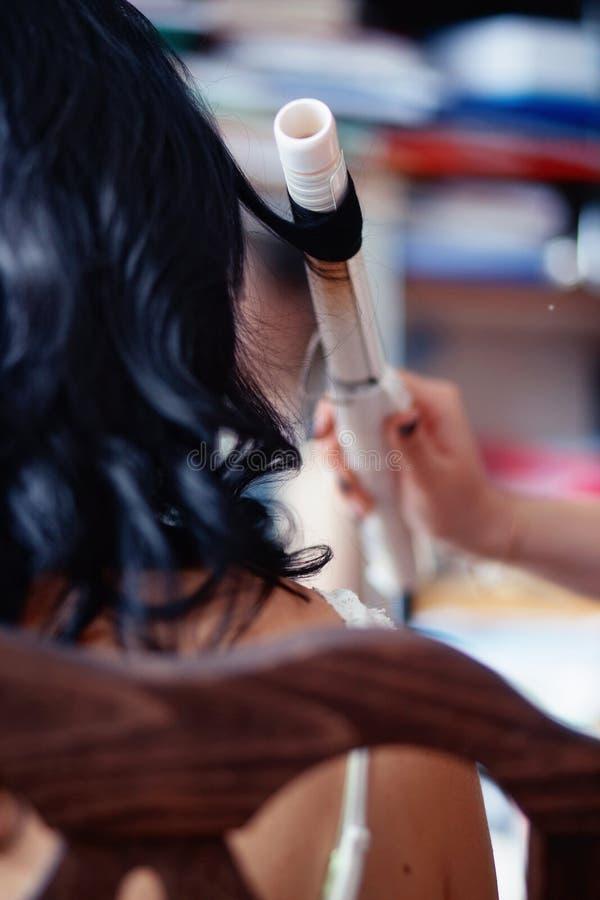 Frisörbruk som krullar hår arkivbild