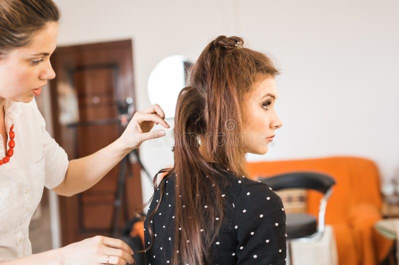 Frisörcoiffeuren gör frisyren royaltyfria foton