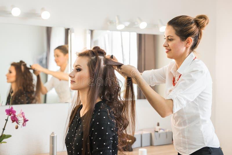 Frisörcoiffeuren gör frisyren royaltyfri bild