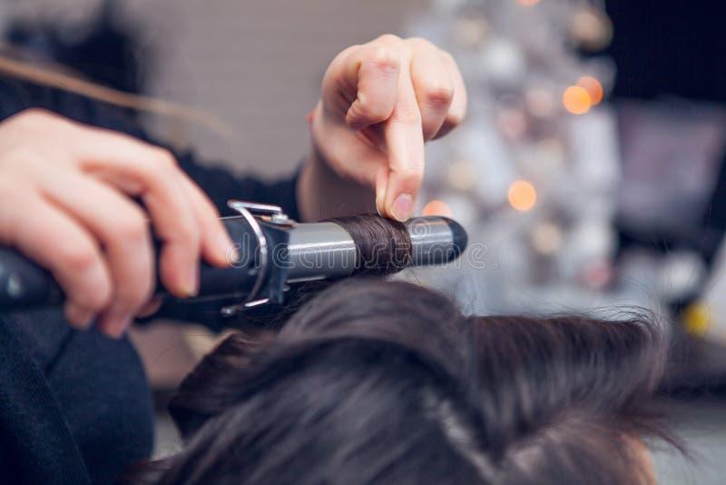 Frisören gör ett hår fotografering för bildbyråer