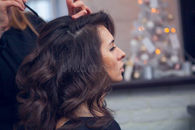 Frisören gör ett hår royaltyfri foto