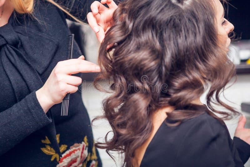 Frisören gör ett hår royaltyfri fotografi