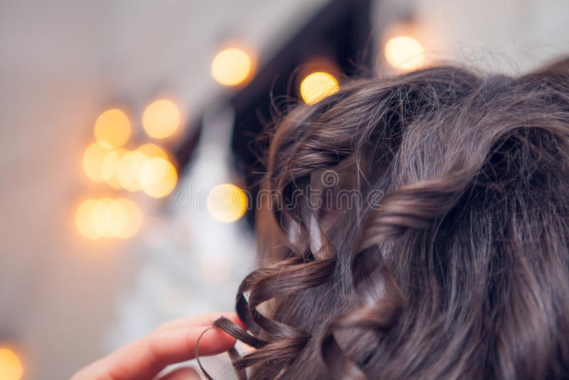 Frisören gör ett hår royaltyfria bilder