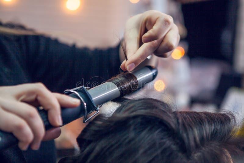 Frisören gör ett hår royaltyfria foton